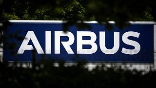 تُظهر هذه الصورة التي التقطت في 13 مايو 2020، شعار شركة تصنيع الطائرات الأوروبية إيرباص في تولوز، جنوب فرنسا