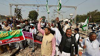 مزارعون يقطعون طريق سكة الحديد في سونبات في الهند احتجاجا على قوانين سنها البرلمان قبل أشهر. 2021/02/18