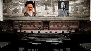 تصویر ساختگی و تخیلی از نصب عکسهای روحالله خمینی و مائوتسه تونگ در دانشگاه سوربن پاریس Martin Clavey