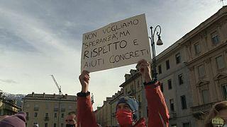 Uno dei 400 manifestanti in piazza ad Aosta