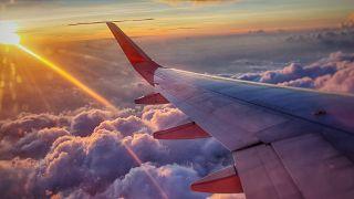 Blick aus dem Fenster eines Flugzeugs