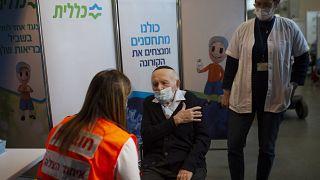 أحد الناجين من المحرقة (جوزيف كلينمان) يتلقى جرعة من اللقاح في القدس