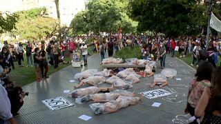 زنان آرژانتینی با بدن برهنه به خشونت علیه خود اعتراض کردند
