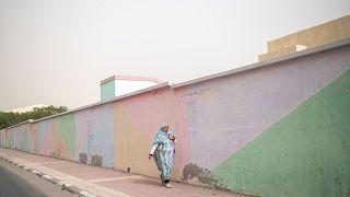 Una mujer camina en el Sáhara Occidental