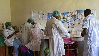 Orvosságot készítenek elő a Matanda Kórházban, Butembóban