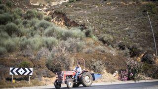 فلاح يقود جراراً زراعياً في الجولان