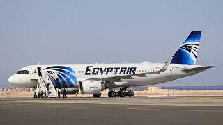 مدرج مطار شرم الشيخ الدولي، في منتجع البحر الأحمر في الطرف الجنوبي لشبه جزيرة سيناء.