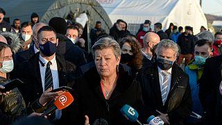 کمیسر سوئدی در جریان بازدید از کمپ لیپا