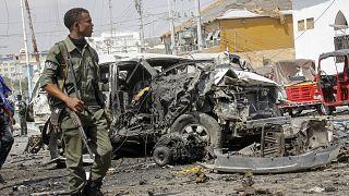 Somali'nin başkenti Mogadişu'da intihar saldırısı sonrası harabeye dönen bir bölge ve Somalili asker (13 Şubat 2021/ arşiv)