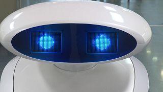 فرانزي روبوت تنظيف يحادث المرضى ويغني بالألمانية