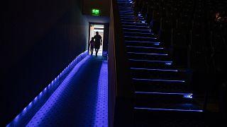 Un padre y su hija entran en una sala de cine en Santiago de Chile.