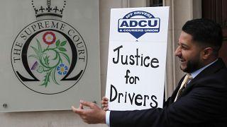 Davacı şoförler Yüksek Mahkeme'nin önünde izledikleri kararı memnuniyetle karşıladı