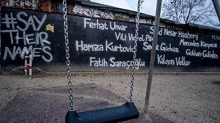 Almanya'nın Hanau kentinde ırkçı saldırı sonucu 4'ü Türk, 9 göçmen kökenli hayatını kaybetmişti. Hanau'da bazı noktalara saldırının kurbanlarının isimleri yazıldı