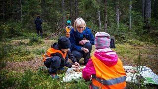 Helena Juutilainen nem parancsokat osztogat, helyette megosztja 74 életévének tapasztalatait a gyerekekkel