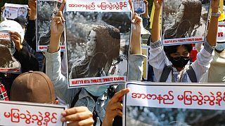 Des manifestants brandissent la photo de Mya Thwate Thwate Khaing, touchée par balle le 9 février 2021. Image du 14 février 2021, à Mandalay, Birmanie