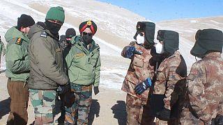 Himalayalar üzerinde görüşme yapan Hint ve Çinli askerler.