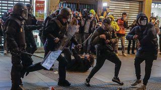 """رئيس الوزراء الاسباني يؤكد أن العنف مرفوض"""" مع اشتداد التظاهرات المنددة بسجن مغني راب"""