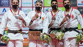 Giovanni Esposito (primo a sinistra) sul podio della categoria -73