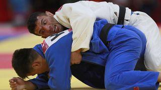صزرة لسعيد ملائي (باللباس الأزرق) خلال نزال ضد الكازاخستاني ديدار خمزة