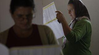 امرأة بوسنية قبل الإدلاء بصوتها في انتخابات 2016 في سربرنيتسا