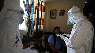 """Voluntarios de """"Juntos contra el Dolor"""" atienden a un paciente en su domicilio"""