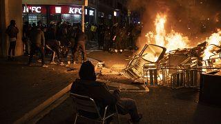 Mobiliario urbano diverso ardiendo durante las protestas en Barcelona
