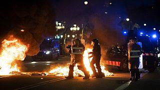 Αστυνομικοί εναντίον διαδηλωτών στη Βαρκελώνη