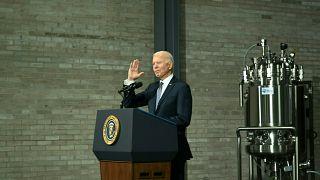 Joe Biden in einem Werk des Unternehmens Pfizer