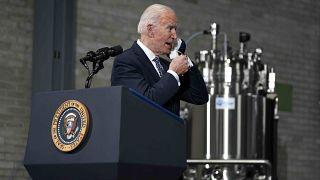 Il presidente Joe Biden in visita a uno stabilimento Pfizer
