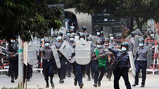الشرطة تواجه المتظاهرين في ميانمار