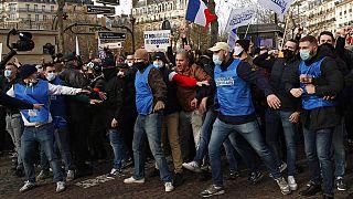 Protestos em Paris contra dissolução de grupo radical