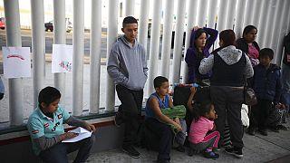 Bevándorlók várakoznak az USA határán