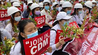 """Demonstranden mit """"CDM""""-Protestschildern"""