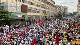 Жители Мьянмы против военных