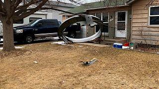 Le morceau d'un avion s'écrase dans son jardin