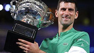 Novak Djokovic levanta la copa tras ganar su noveno Abierto de Australia