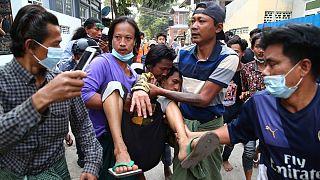 انتقال یک مجروح در جریان خشونتهای پلیس میانمار علیه معترضان به کودتا
