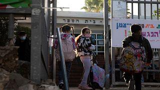 تلاميذ عند بوابة مدرستهم في مدينة هيرتسليا بإسرائيل