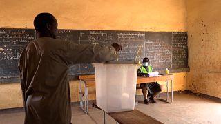 شاهد: دورة ثانية للانتخابات الرئاسية في النيجر يصوت فيها أقل من نصف السكان