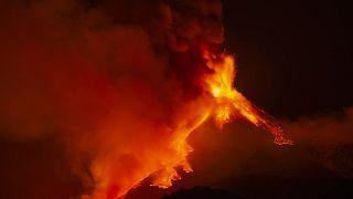 İtalya'nın güneyindeki, dünyanın en aktif yanardağlarından Etna yaklaşık 5 gün aradan sonra yeniden aktifleşti.