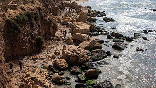 تلاش گروههای مردمی داوطلب برای پاک کردن آلودگی نفتی ایجاد شده در ساحل اسرائیل