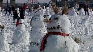 Mil muñecos de nieve para salvar la vida del pequeño Bartus