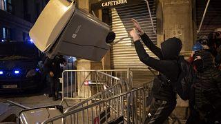 لليلة السادسة على التوالي.. المظاهرات تشعل ليل برشلونة دعماً لمغني راب مسجون