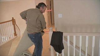 El senador Ted Cruz arrastra una alfombra dañada por el temporal en la vivienda de una amiga en Texas.