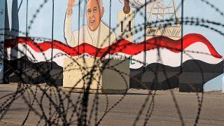 صورة جدارية للبابا فرنسيس على الجدران الخارجية لكنيسة سيدة النجاة في العاصمة العراقية بغداد، 22 فبراير 2021.