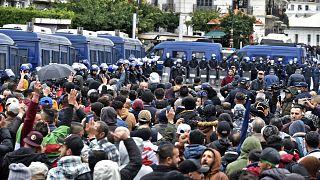 """خرج الجزائريون في العاصمة الجزائر يوم 22 فبراير 2021 بمناسبة الذكرى الثانية لحركة الاحتجاج المناهضة للحكومة في البلاد """"الحراك"""" وسط انتشار الشرطة بقوة في الشوارع."""