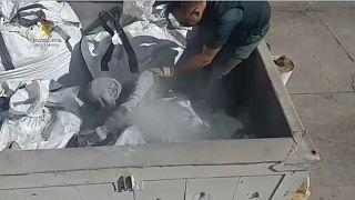 Un migrante descubierto dentro de un saco de ceniza en el puerto de Melilla