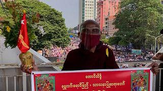 Γιγαντώνεται το κύμα αντίδρασης κατά της χούντας στη Μιανμάρ
