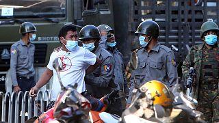 بازداشت معترضان در میانمار پس از کودتای نظامیان