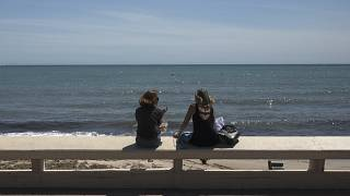 Dos personas en la playa de Niza, Francia
